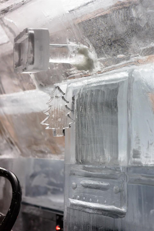 Грузовик изо льда