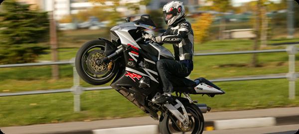 Езда по городу на мотоцикле