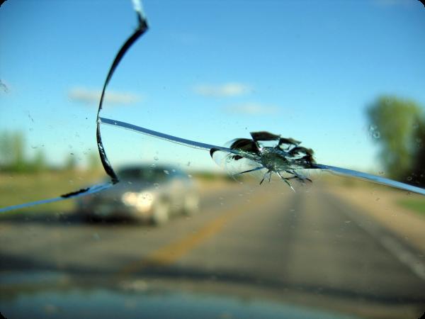 Скол на лобовом стекле фото